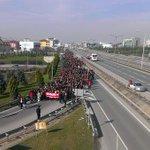 Metal işçileri Gebze Kent Meydanına yürüyor. İnşaat işçileri, metal işçilerini alkışlıyor... http://t.co/EBnJt0htCf http://t.co/DkDzXHmJk9