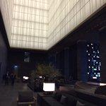 12月に開業した「アマン東京」の内覧に来ています。ラウンジの吹き抜けは26m。30mのプールやスパなど全てがゆったりしています http://t.co/O3nyDP7QcO http://t.co/aiv5dE4jhv