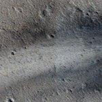 【なんだこれ】NASAの火星探査機が新しいクレーターを捉える http://t.co/wDE7vRWH22 当局によると、何らかの物体が西側から飛んできて衝突したとのことです。 http://t.co/efOtoGYQKZ