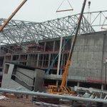 Le toit commence à être monté. http://t.co/QG7jarXvCb