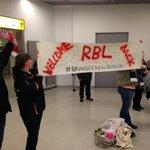 Schöner Empfang! Einige #RBL-Fans begrüßen #DieRotenBullen in #Berlin. Danke dafür. #RBLzurückAusKatar http://t.co/SQRNmPO1xw