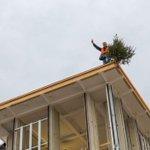 Pendaison de crémaillère en Italie : paf le sapin sur le toit des tours du pavillon suisse @Expo2015Milano. Hourraaaa http://t.co/N0dhlnjXze