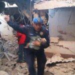 """""""@diariodfmx: momento en que un agente @POLICIA_CDMX rescató a bebé de escombros #HospitalMaternoInfantil http://t.co/rvCiDGkfiZ""""/ #respect"""