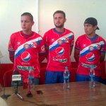 Oficialmente Jonathan López, Aslinn Rodas y Jorge Quezada se colocan la camisola de #XelajúMC #VamosChivos http://t.co/MiybbaWvTB