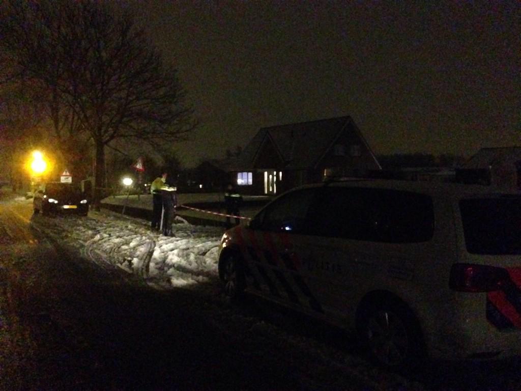 Brekend: Politieactie bij huis in Pijnacker. http://t.co/6LpdtxN2Ej