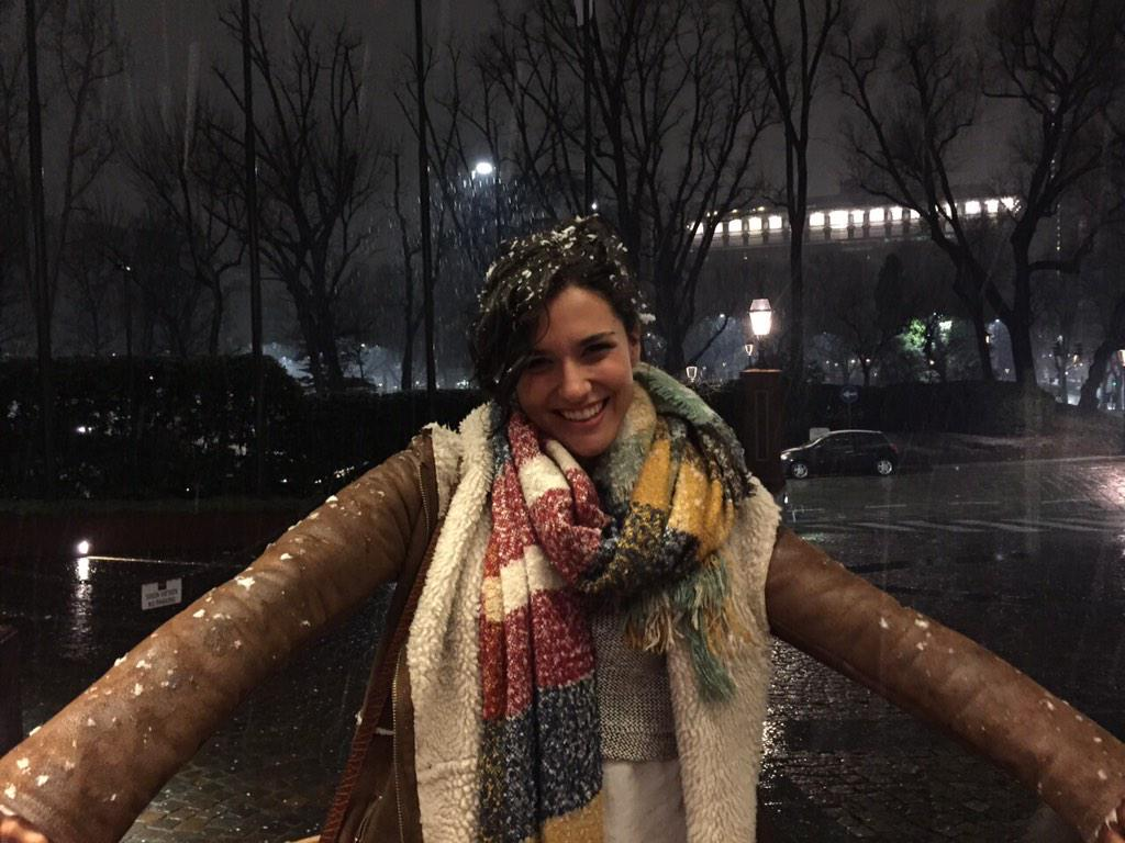 alba rico navarro (@AlbaRicoNavarro): Esta nevando!!! Es la primera vez en mi vida que veo nevar. Nunca olvidaré este momento con mis amigos ❄️❄️❄️❄️❄️ http://t.co/ThDTCLE872