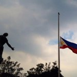 The Philippine flag at the Oblation Plaza, UP Diliman, flies at half mast in honor of the fallen #SAF44 members. http://t.co/GpMxsaGXTZ