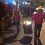 Vecinos de Cuajimalpa se unen y preparan alimentos para los cuerpos de emergencia que continúan trabajando. http://t.co/RB6Sai9Ej2