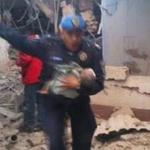 Ahí el oficial que rescata infante #HospitalMaternoInfantil #Cuajimalpa #Mexico #DF su nombre Mauro Vera @SSP_CDMX http://t.co/a2CqGAiKTc