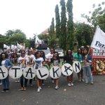 Bentar lagi parade aksi #TolakReklamasiBerkedokRevitalisasiTelukBenoa mulai, barisan dpn caem2 euy :) http://t.co/4VbYDlvaod