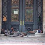 Amaneciendo en La Habana. ¡Qué raro! Los comunistas dicen que en #Cuba NADIE duerme en las calles. http://t.co/CBOlfGRSec