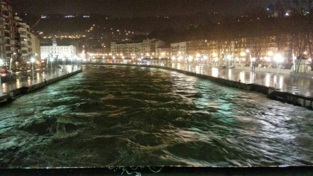 """""""@BilbaoHiria:: Ayto #Bilbao Urgente: retiren los coches de la zona de la ría antes de las 23:30 http://t.co/PZGwTWuHdj"""" O sacad Gabarra."""