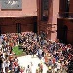 Casa de Gobierno. Habla Cristina en Cadena. Gente destrozando patios y salones. Otros fumando porro. Qué lindo todo. http://t.co/9GncKPsryI