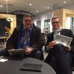 Work hard, play hard. Hengaillaan Timo Soinin kanssa Oulun lentokentällä. Timo kattoo raveja. Minä twitteriä. http://t.co/pvgjL5tsbt