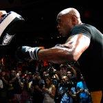 Boa sorte, @SpiderAnderson! (Good luck, Anderson Silva!) #UFC183 @UFC #SpiderArmy http://t.co/O0lmbTUp6V