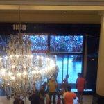 Hotel en Mendoza, de fondo toda la gente q vino a recibir al equipo. IMPRESIONANTE!!! http://t.co/db45HqxZY1