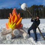 【センスいいね】雪製のキャンプファイヤーが大きな話題に 枝に刺した「巨大マシュマロ」も http://t.co/iJTY6P7TRB 本物そっくりの丸太や炎を創り、食用の着色料をスプレーして色づけしたそうだ。 http://t.co/yTVmY5bJ57