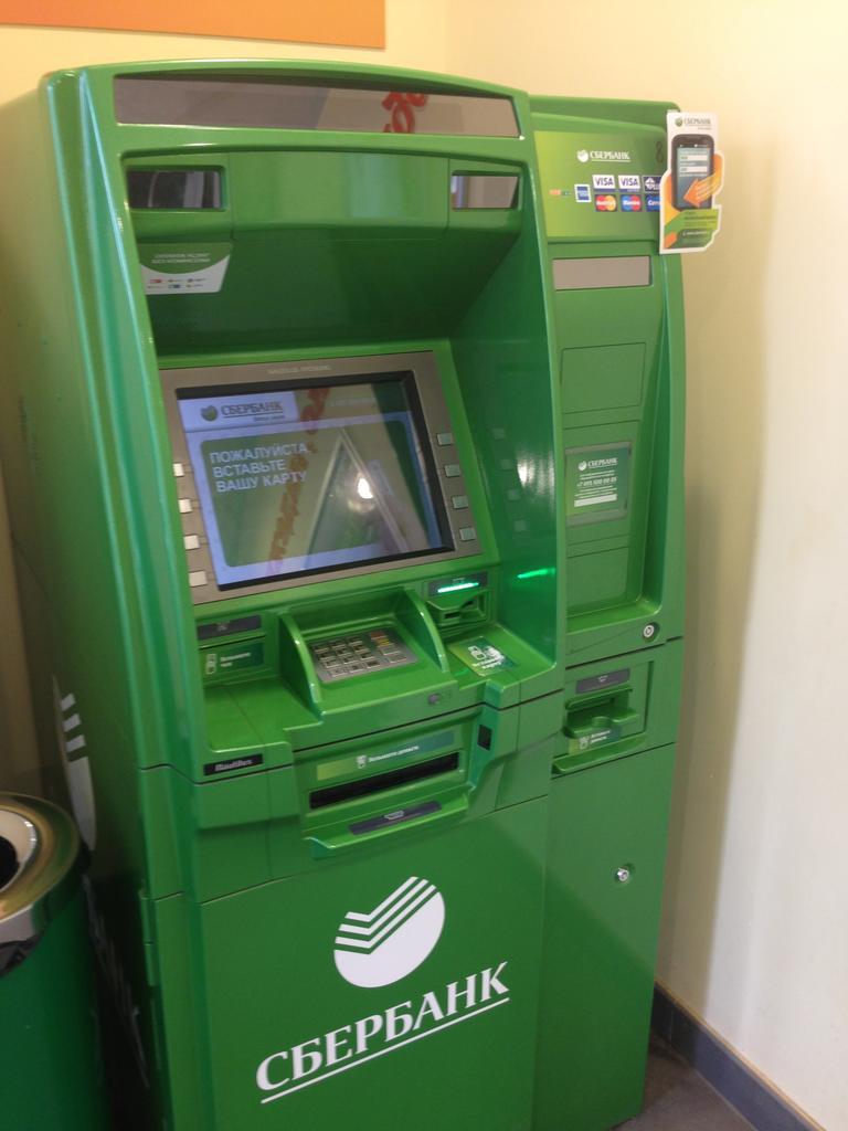 В Воронеже мужчина пытался взломать банкомат отверткой. Российская компани