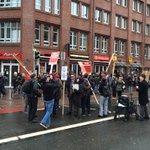 """Es füllt sich am Brill. Auch """"Die Partei"""" demonstriert mit und fordert: Sanifair muss Weltwährung werden! #afdbpt http://t.co/gY17IpcHcD"""