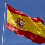 ¿Y cuántos millones que NO estamos ahora en la Puerta del Sol tenemos esta bandera de nuestra Constitución? http://t.co/T5KykyTNEt