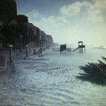 La playa del zapillo en pleno temporal, el mar se abre paso... #Almeria #magicAlmeria @AlmeriaCRECE @ILoveAlmeria http://t.co/SpFAg2Nd4N