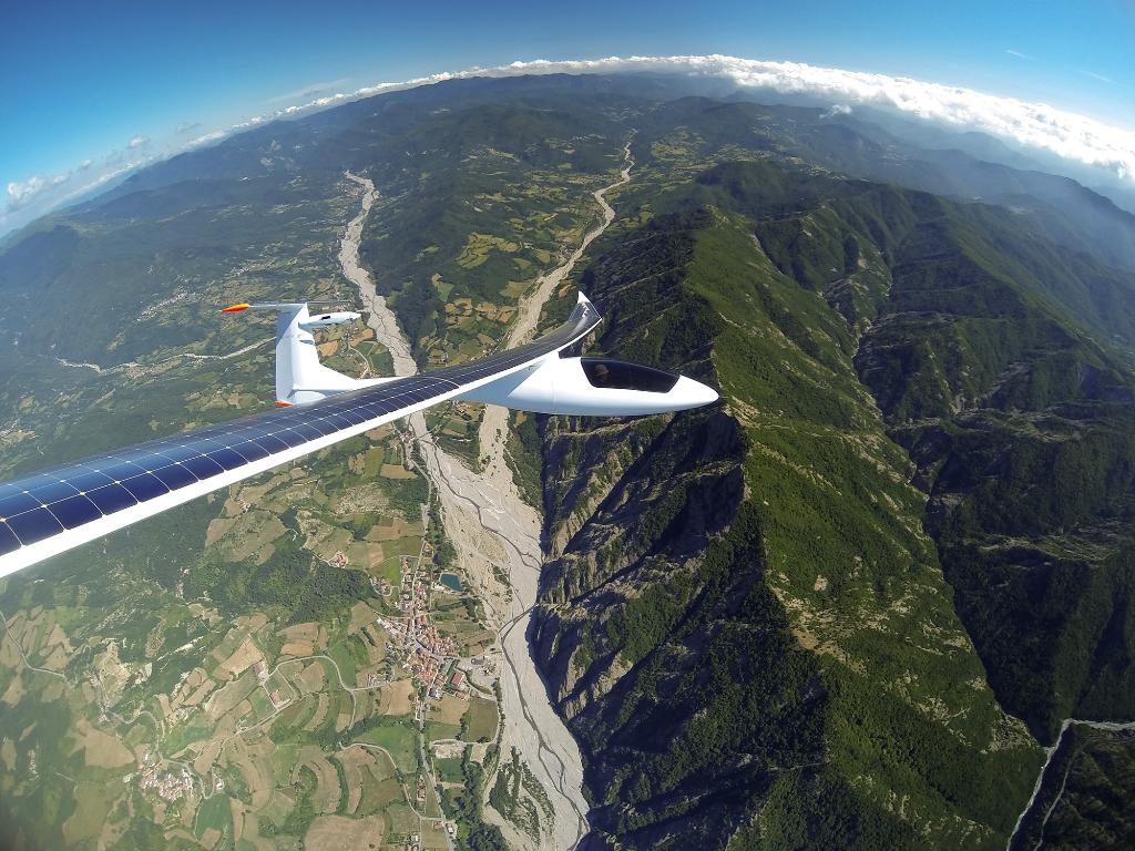 Photo of the Day! Solar Flight's Sunseeker Duo taking in the sun's rays while flying over northern Italy. http://t.co/BeDLLqgZkq