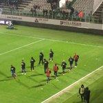 """Les joueurs de l@ogcnice, sans supporters, portent un tee-shirt """"Je suis ultra, je suis interdit"""" #FCMOGCN #FBsport http://t.co/BjavmYBCZK"""