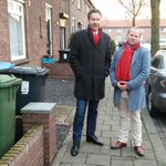 Dijsselbloem in #Arnhem met flyers & roos #PvdA wil 500 miljoen NUON-gelden investeren http://t.co/WnNsdybgpZ http://t.co/Em9kTloWC3
