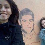 والدة وأخت كريم خزام مع الجرافيتي بتاعه, في الجنة يا كريم. #JFT74 http://t.co/4E4wLx64A3