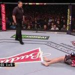 Pra quem não assistiu a luta, este foi o momento q o Anderson acertou o haduken e nocauteou o Diaz. Repassem! http://t.co/bEmgo4NPVR
