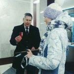 11:00.Первый пассажир новой станции  получает подарок - памятные медали Самарского метрополитена и транспортную карту http://t.co/TKpjvTDQBX
