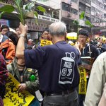 Protesters give out plants to represent evergreen HK Democracy http://t.co/qBhF9pg2XN