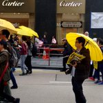 Shoppers at Cartier peer out at Umbrella rally in Hong Kong http://t.co/s27IESAmqJ