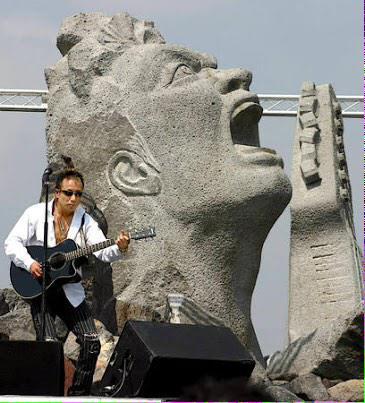 人類が絶滅しても桜島の長渕の石像は残ると思うと本当にツラい http://t.co/VSEuM21Ket