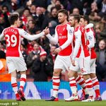 Olivier Giroud celebrate his goal with team mates. #Arsenal http://t.co/GuqQeEquwt