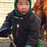 Энэ 6 настай ажилсаг бор хүүг харчихаач http://t.co/6ivtFu99bn