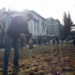 Перед посольством РФ в Киеве установили кресты с именами погибших в Мариуполе http://t.co/K8rP2Z8L9V