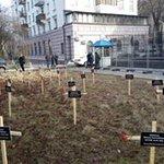 Кресты с именами погибших мариупольцев под окнами посольства РФ в Киеве. http://t.co/9D2Jgi8UOF