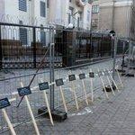 У посольства России устанавливают кресты за погибшими в Мариуполе http://t.co/O7s52p3VN3 #Россия #посольство http://t.co/z2lyghYlYb