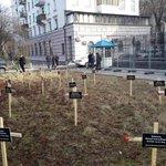 У посольства РФ в Киеве установили 30 крестов http://t.co/Bqs5OtWvCB http://t.co/NqFCjf6Zxw