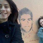 والدة الشهيد كريم واخته بيتصوروا مع الجرافيتي الخاص بيه ابنك حي #عمرنا_ماهننساهم_74_للجنه_ودعناهم http://t.co/VHsDmawGij