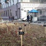 У посольства РФ в Киеве установили кресты с именами погибших в Мариуполе http://t.co/kMCIKzVQED http://t.co/kgR2jCSFdc