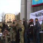 В Киеве бойцы батальонов требуют отставки Петра Порошенко http://t.co/mG4QBRF4as http://t.co/BNWyUS1GRn