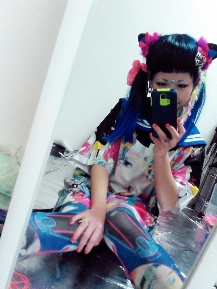 タカハシヒロユキさんデザインのトコネタイツと合わせるとバッキバキ感ましてよい♡あと、Tシャツの中にセーラー着て襟だすのも悪くなかったです('ε'*)♡可愛くもカッコよくも着れるね☆ http://t.co/iabNmjrSRh