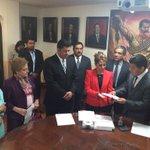 Entrega @Matias_QM la Iniciativa de Ley para Prevenir y Eliminar la Discriminacion #accionesporlaigualdad http://t.co/zZ7GqbAghj