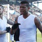 El encontrón entre Icardi e hinchas del Inter: regaló su camiseta y le llegó de vuelta http://t.co/cHn5Mlql2c http://t.co/MkEXRX3iZH