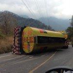 Precaución. Cisterna vuelca en el km 209, Zunil, #Quetzaltenango. Foto @Hirofumi_xela / @prensa_libre http://t.co/XGxmDf5VkD