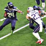 Marshawn Lynch is wearing his cleats with the custom gold footing #SB49 #Seahawks #NEvsSEA http://t.co/aGuarTvsYr