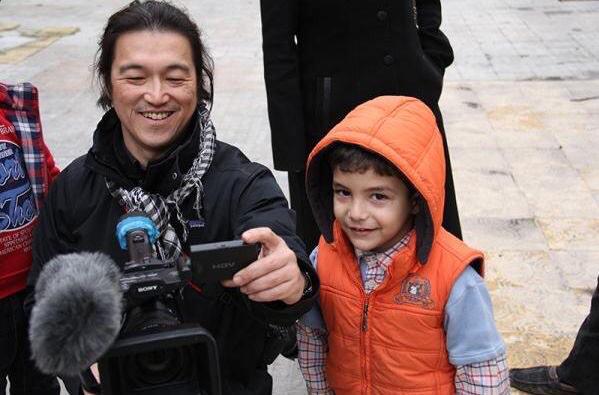 """【請擴散他的笑臉】有日本網友在推特上呼籲不要轉發後藤被殺害的照片,請轉發他的笑臉,得到了超多人的響應,目前為止被轉了2.7萬次。還有人說希望十年後提起後藤,人們的反應不是那個被殺的人,而是""""他是去報導世界紛爭地域的狀況並想幫助他們的人 http://t.co/Qw606IWPGv"""