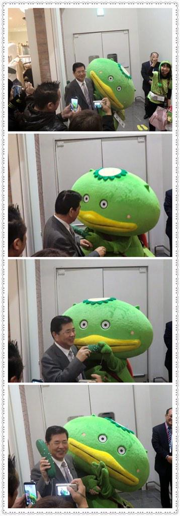 羽生市長に振る舞いキュウリしようとして市長にキュウリ奪われて慌てるカパル氏(志木市在住) http://t.co/pLEOz00hkg